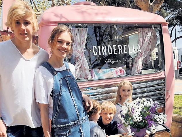 Наталья Водянова отвезла детей в Каталонию