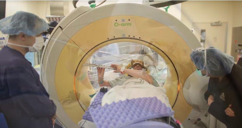 Вот как выглядит счастье: женщина играет на флейте во время операции на мозге ynews, видео, интересное, мозг, музыка, операция, флейта