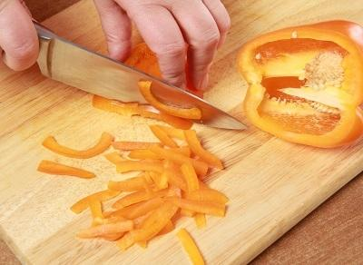 Шаг 2. На доске нарезаем перец.