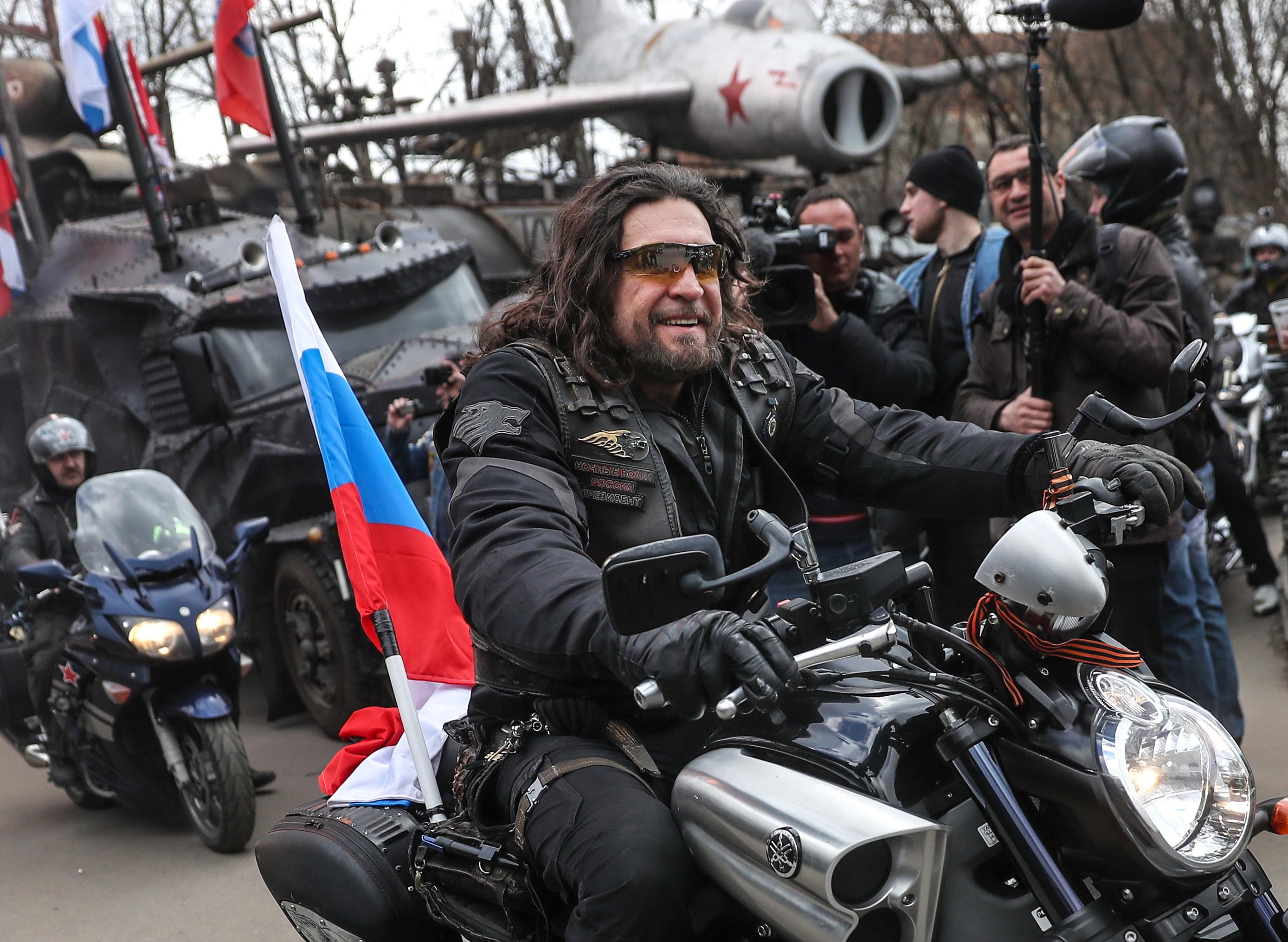 Украинские байкеры едут в Севастополь на шоу «Ночных волков» под флагами УССР