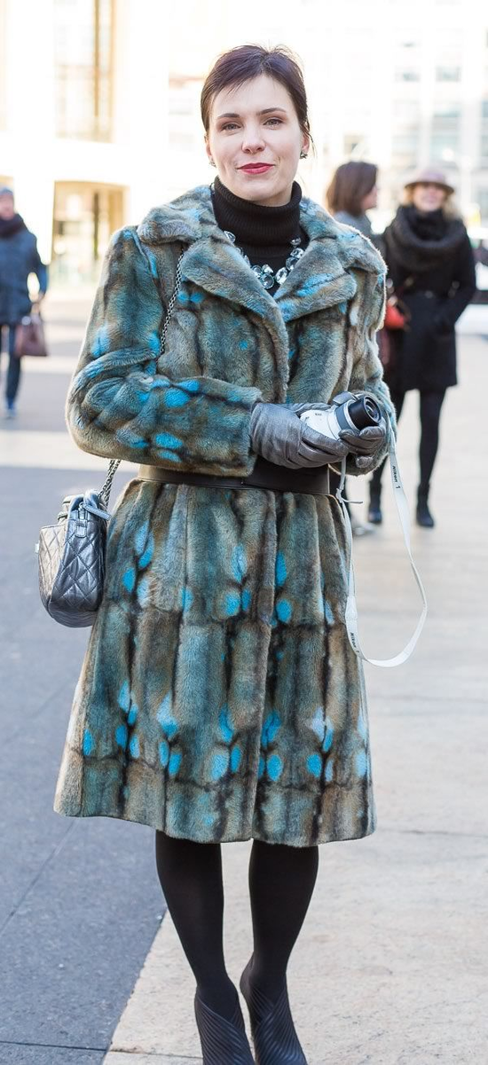 Женщина в аляповатой шубе. /Фото: moya-shubka.ru