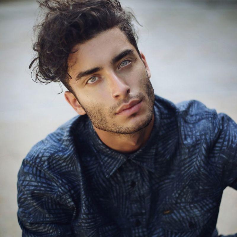 Невероятно красивый мужчина, просто глаз не отвести