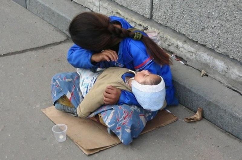 Я заметил, что у попрошаек дети постоянно спят…Когда я узнал почему, я был ошеломлен!