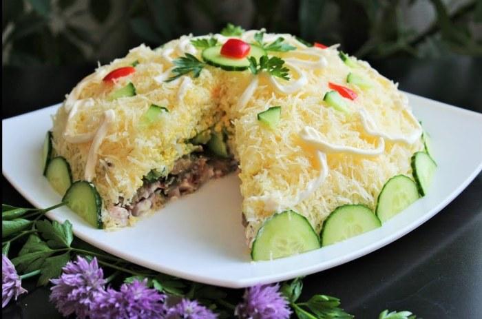 Нежный, вкусный слоёный салат с грибами.  Фото: google.ru.
