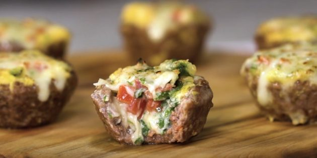 Рецепт яйца в духовке: Яичные маффины в мясных корзинках