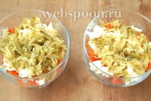 На дно креманок выложить морковь, по столовой ложке майонеза, затем половину сыра и огурцы.