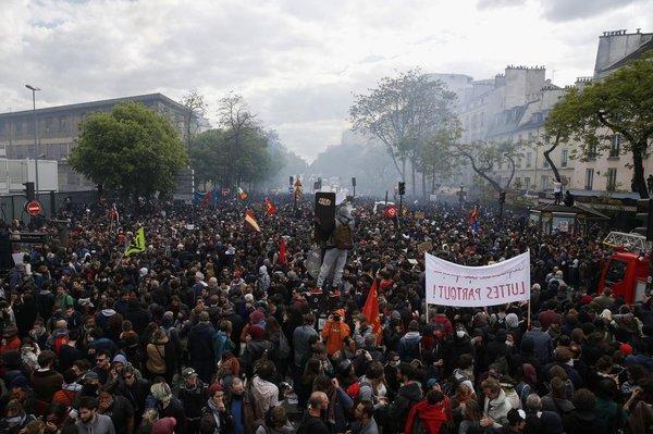 """""""Чёрный блок"""" в День трудящихся громил заведения в Париже"""