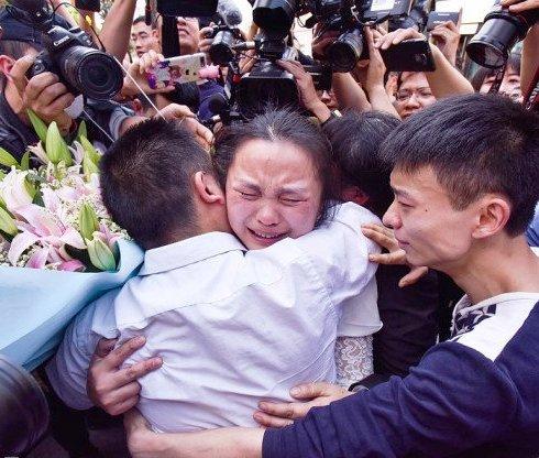 """""""Папа теперь с тобой"""" — после 24 лет упорных поисков китаец нашел пропавшую дочь"""