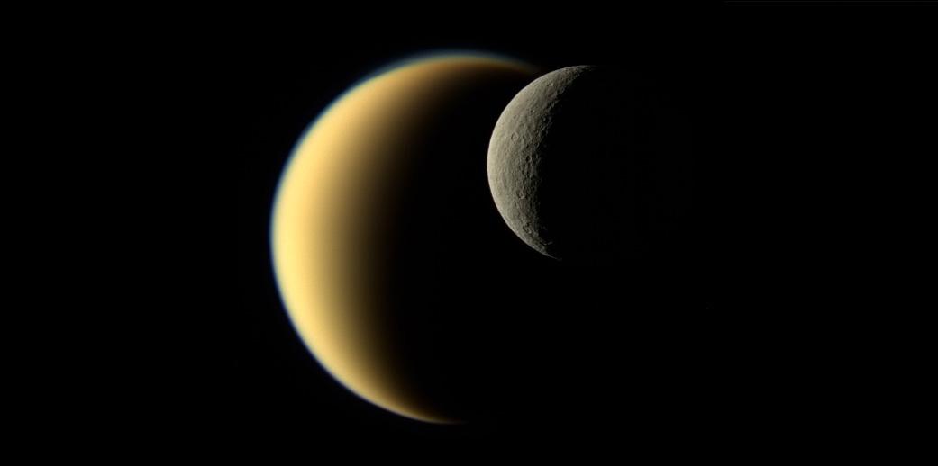 Контрастные полумесяцы Титана и Реи