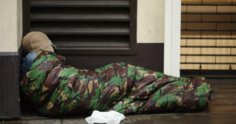 Бездомному отдали старый телефон, и он от скуки завел твиттер. Сейчас у него 30 тысяч подписчиков, жилье и работа