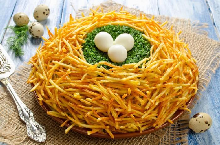Праздничный салат Пасхальное гнездо.  Фото: bigmir.net.