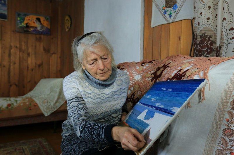 У знатной конькобежки есть и другие таланты: она прекрасно вышивает. Некоторые из ее работ даже получили награды на местных творческих конкурсах байкал, истории людей, коньки, лед на Байкале, люди, пенсионерка, россия, удивительные люди