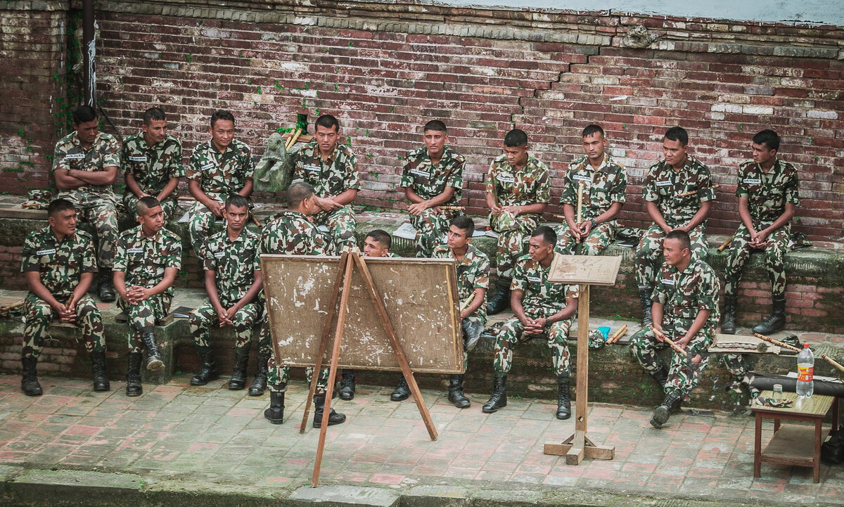 Армия с флейтами и полиция с рогатками