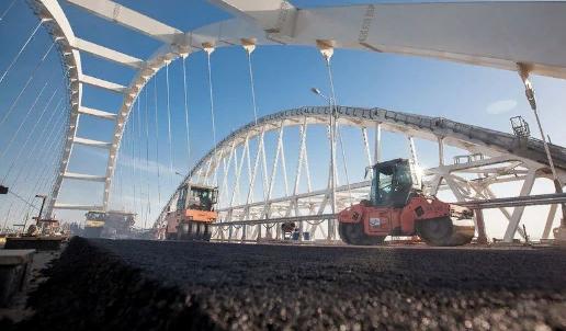 Строители начали асфальтировать автодорожную арку Крымского моста