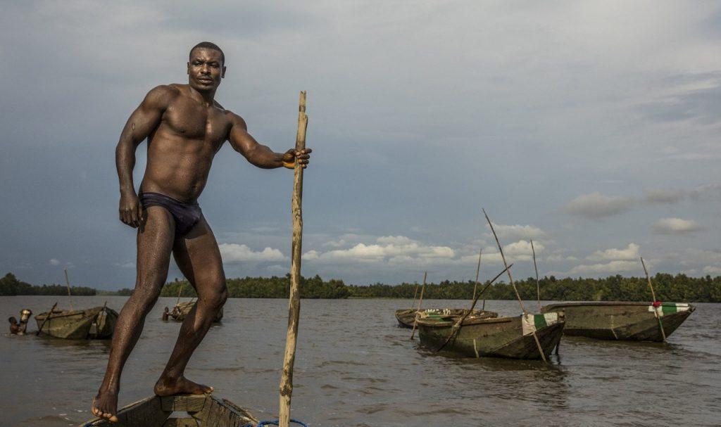 Камерунский дайвер с шестом.