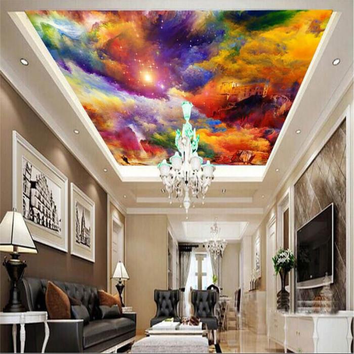 Яркий потолок в сдержанном интерьере.