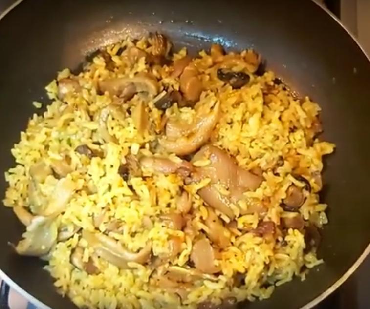 Рис с вешенками на сковороде: готовим обед или ужин