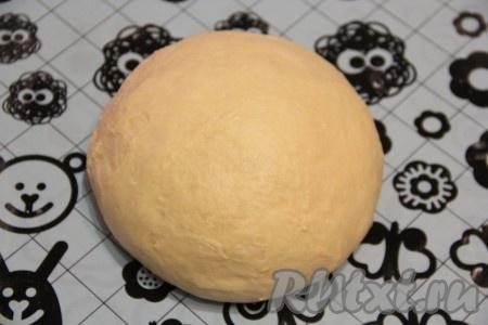 Готовое тесто выложить на стол, припорошенный мукой, или на силиконовый коврик и хорошо обмять.