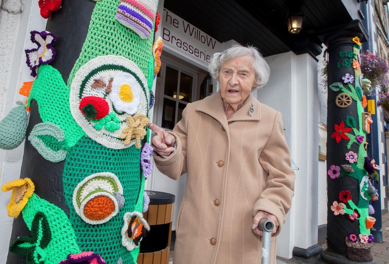 Эта чудесная 104-летняя старушка по имени Грэйс Бретт вяжет удивительные вещи, которыми затем украшает улицы в  своем городке