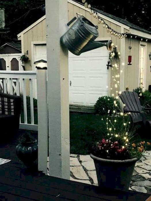 Композиция из гирлянды и цветов. | Фото: Pinterest.