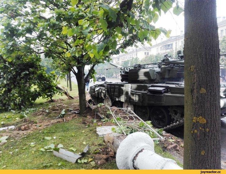 24 июня танк, который ехал в сторону центра на генеральную репетицию парада, в районе станции метро «Московская» врезался в дерево и снес фонарный столб, сообщает CityDog.by. По предварительным данным, никто не пострадал. Танк получил повреждения.