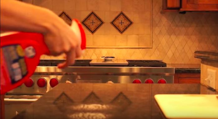 Кухонную поверхность обрызгайте чистящим средством.