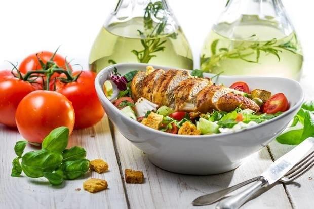 Как приготовить салат Цезарь, три классических рецепта