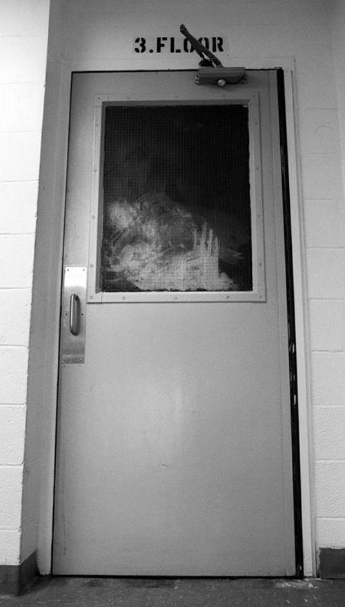 Дверь кампуса Сетон Холла после пожара, 2000 год, Нью Джерси, США было, история, фото