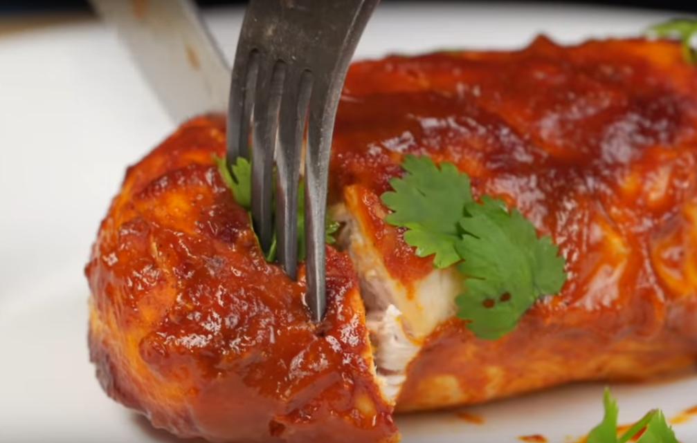 Запеченная куриная грудка в соусе