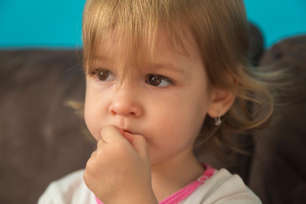 Как отучить ребенка грызть ногти, сосать палец, рвать волосы на голове