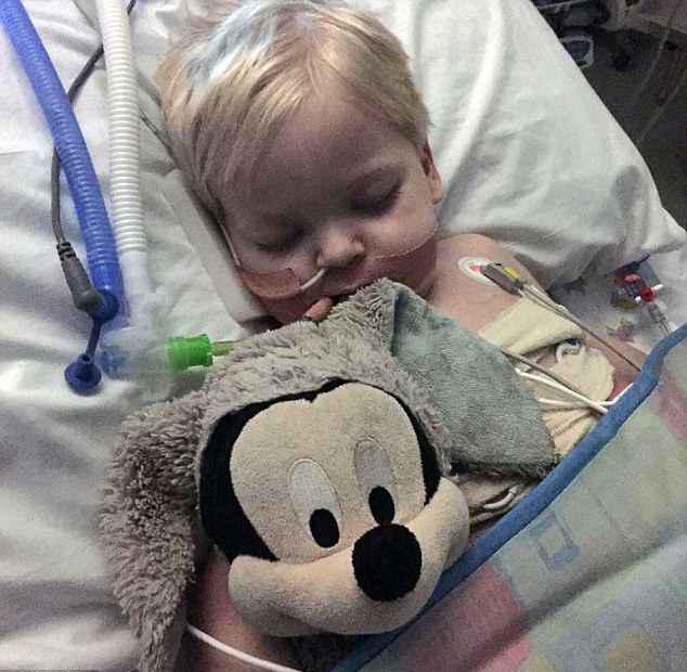«Он очнулся!» Неизлечимо больного ребенка отключили от системы жизнеобеспечения, но случилось чудо
