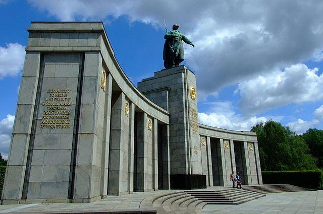 В Берлине мужчина осквернил мемориал павшим советским воинам