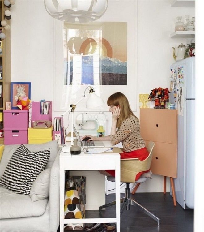 Маленький кабинет в уголке квартиры