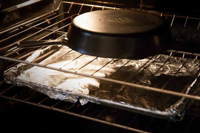 Прежде чем начать готовить, нужно разогреть сковороду в духовке или на медленном огне, постепенно увеличивая огонь до желаемой температуры приготовления. /Фото: steaklovers.menu