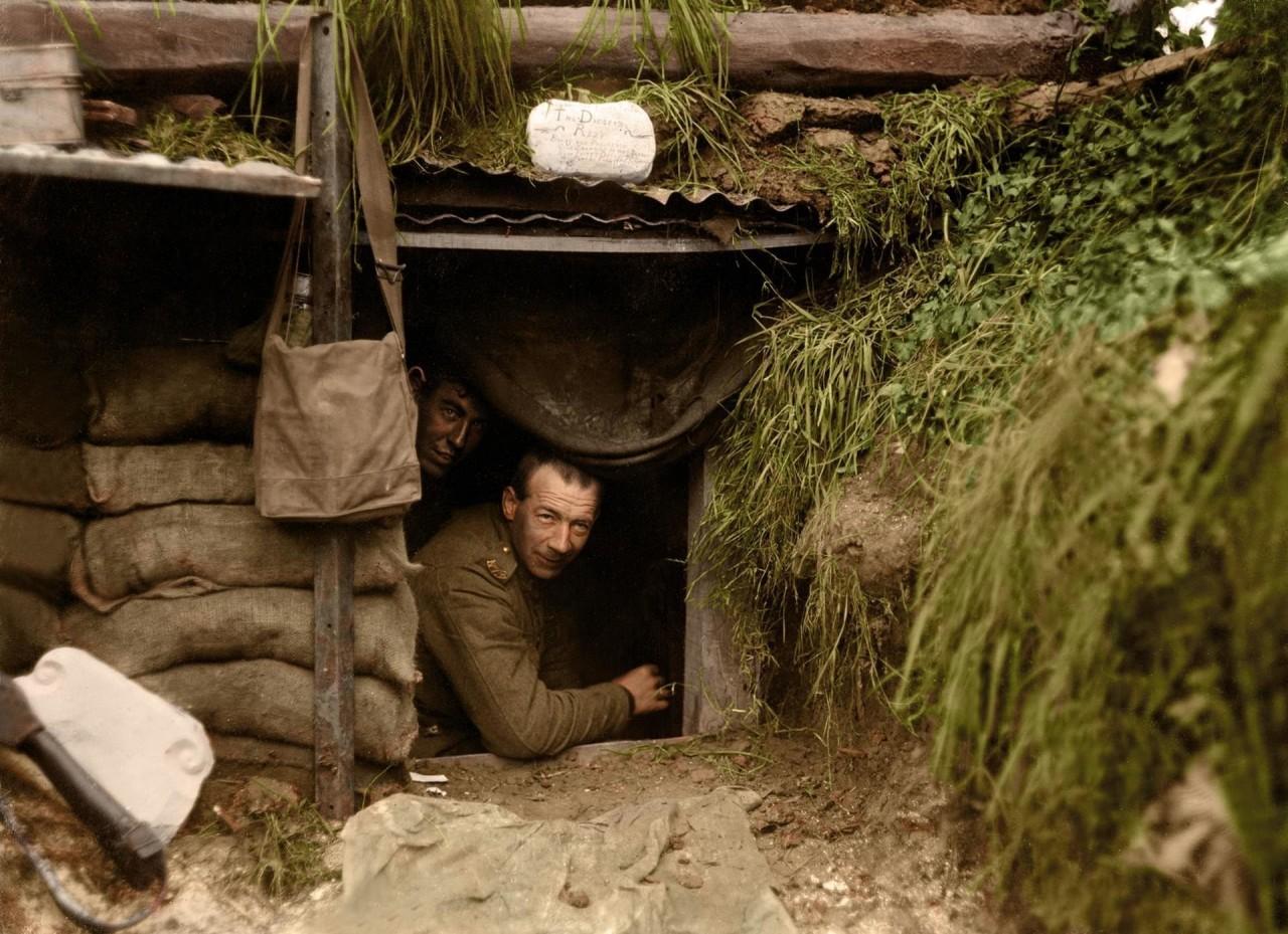 Солдаты новозеландской армии в блиндаже на линии фронта, Эбютерн, Франция, 13 мая 1918 г. архивное фото, колоризация, колоризация фотографий, колоризированные снимки, первая мировая, первая мировая война, фото войны