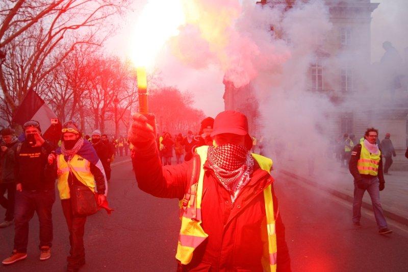 Французские журналисты вышли на митинг в центре Парижа против насилия над сотрудниками СМИ
