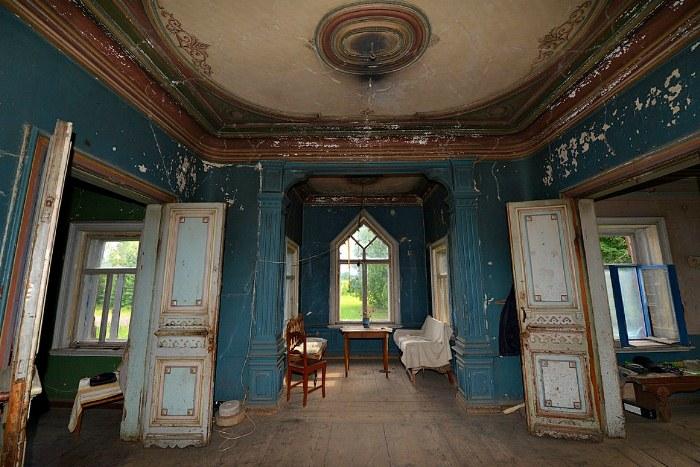 Старинный дом используется сейчас для проведения художественных перфомансов.