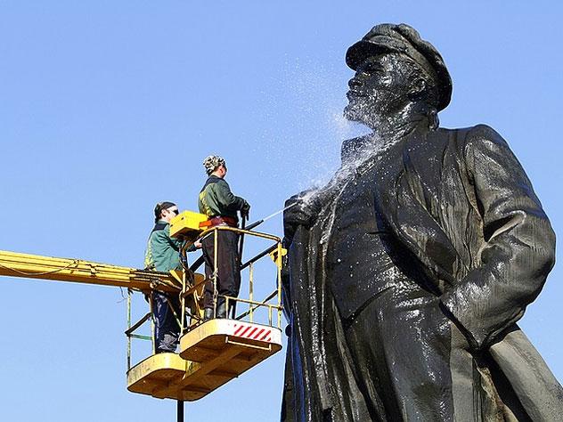 Памятник Ленину отчистят средством для мытья посуды
