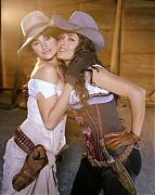 Пенелопа Крус (Penelope Cruz) и Сальма Хайек (Salma Hayek) в фотосессии для фильма Bandidas (2006)