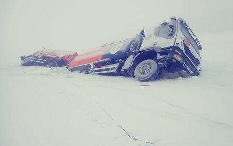 В Якутии под лед провалились два бензовоза