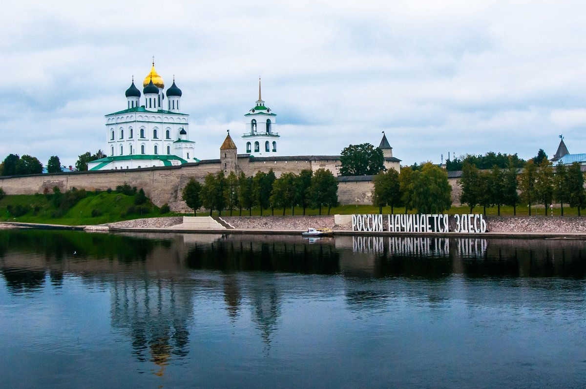 В Псковском кремле можно встать под меч князя Довмонта и загадать желание