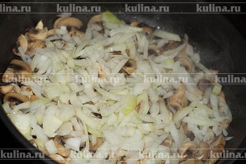 Репчатый лук мелко нарезать и положить к грибам, продолжая обжарку.