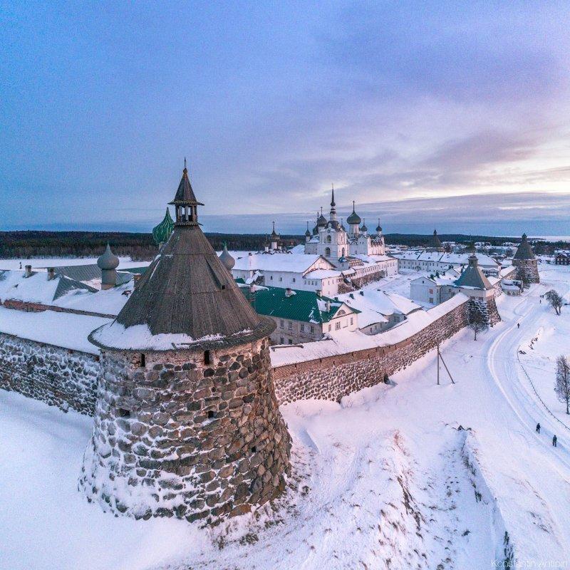 На обороте российской купюры достоинством 500 рублей (модификации до 2010 года) изображался Соловецкий монастырь со стороны Святого озера. красота, природа, с высоты птичьего полета, соловки