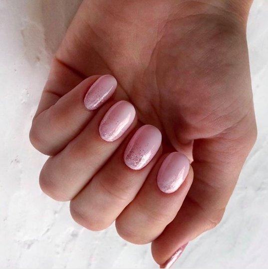нежно-розовый маникюр с блестками