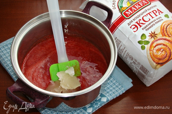 В горячее клубничное пюре добавить набухший желатин и все перемешать до однородности.