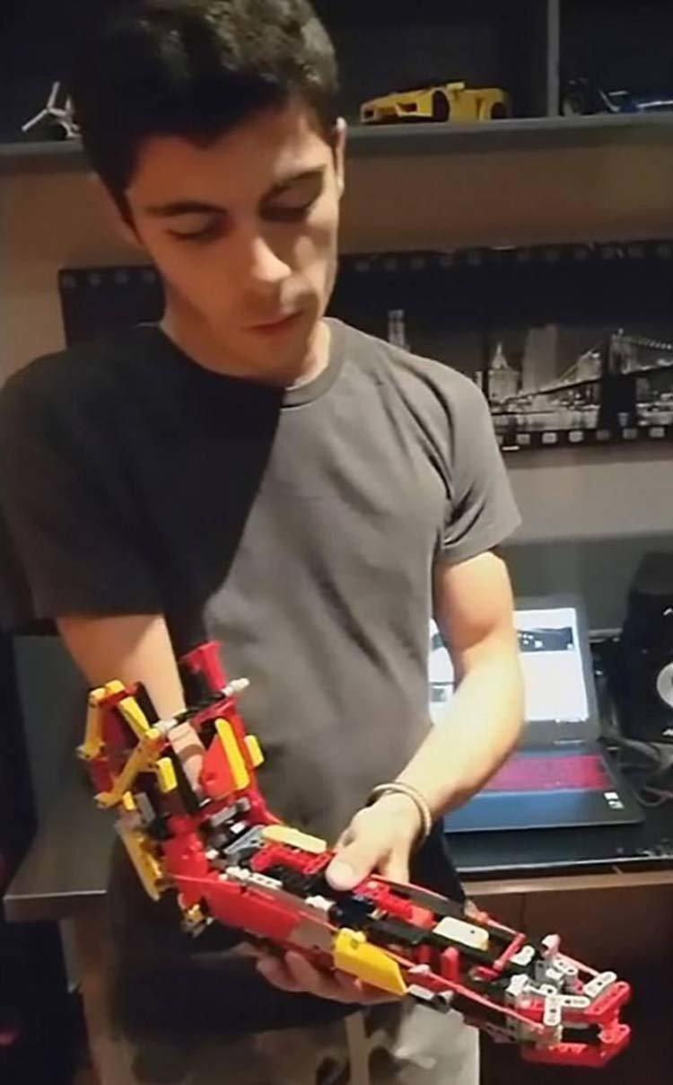 «Когда я двигаю рукой, рука открывается и закрывается, что позволяет мне брать вещи, — рассказывает молодой человек. — С такой игрушкой мне удалось достичь своей мечты». Андорра, вертолет, игрушка, лего, подросток, протез, рука, талант