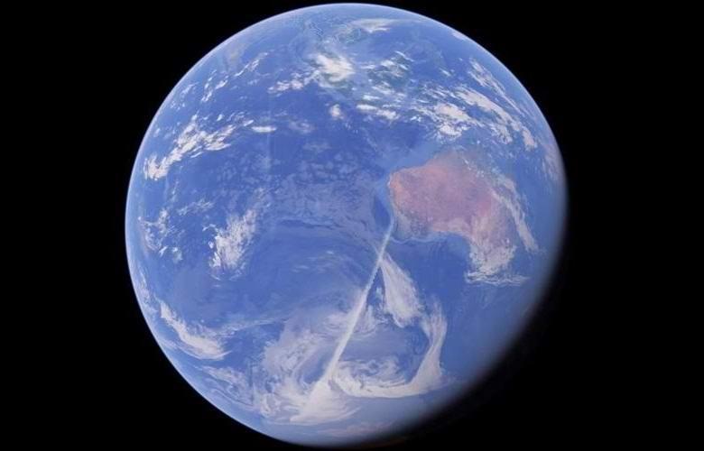 Непонятные белые линии огибают Землю