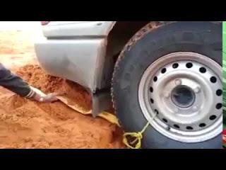 Умный и креативный метод - если машина застряла в песке!