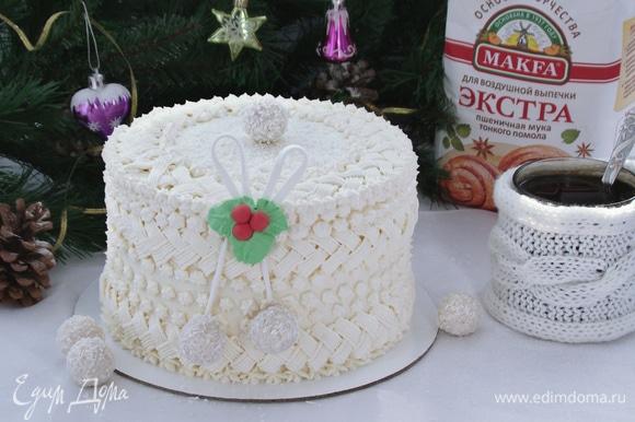 Готовый торт можно украсить по своему вкусу. Так как сейчас зима, я решила «утеплить» свой тортик и «обвязала» его. Для этого взбила до белой пышной массы сливочное масло с сахарной пудрой, добавила сливочный сыр и ванилин и все еще раз взбила. Крем переложить в кондитерский мешок и украсить торт. Вкусный фисташковый торт с нежным шоколадным кремом и клубничным конфи готов!