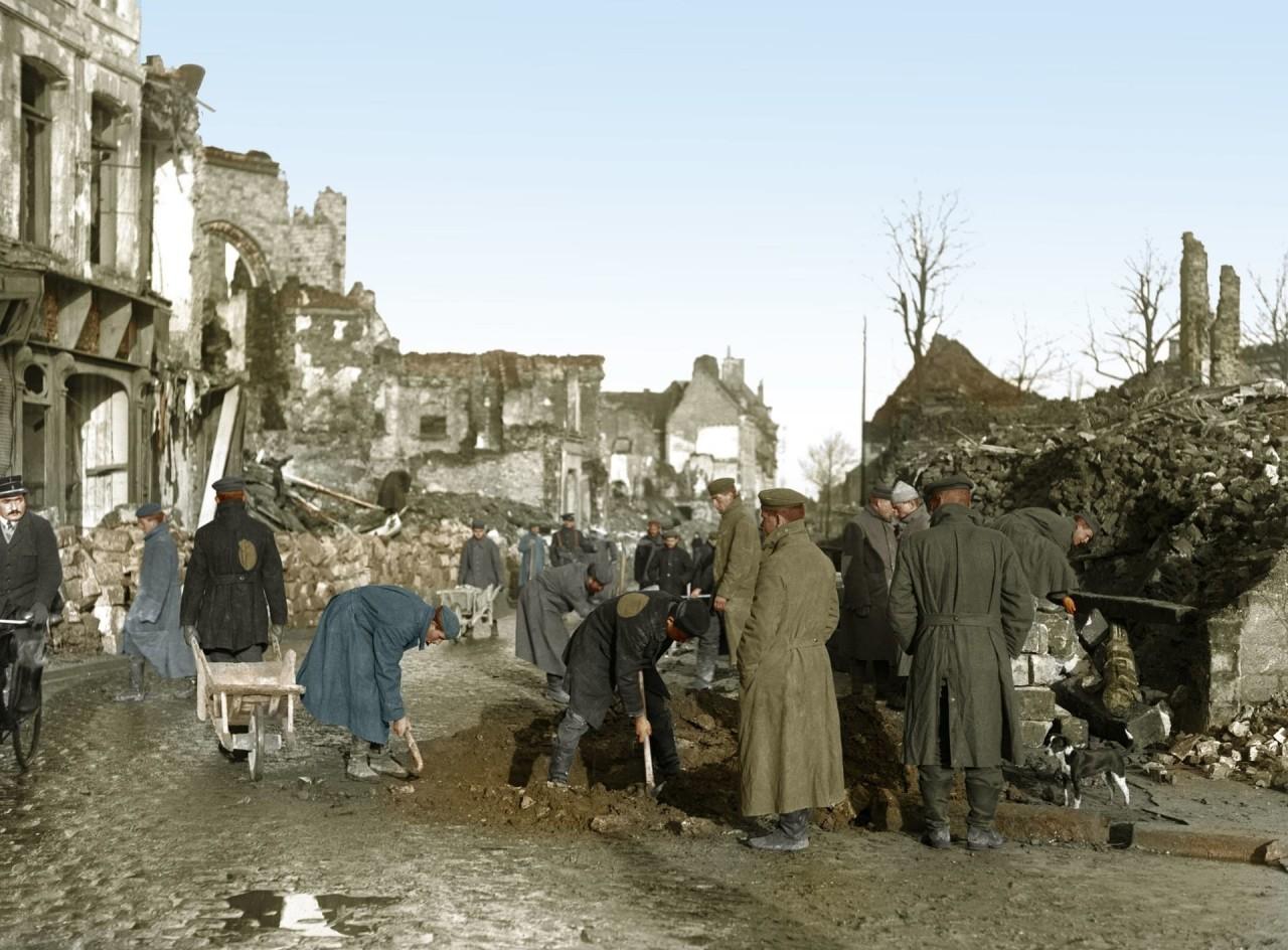 Немецкие военнопленные на починке дороги и расчистке мусора, Бетюн, Франция архивное фото, колоризация, колоризация фотографий, колоризированные снимки, первая мировая, первая мировая война, фото войны